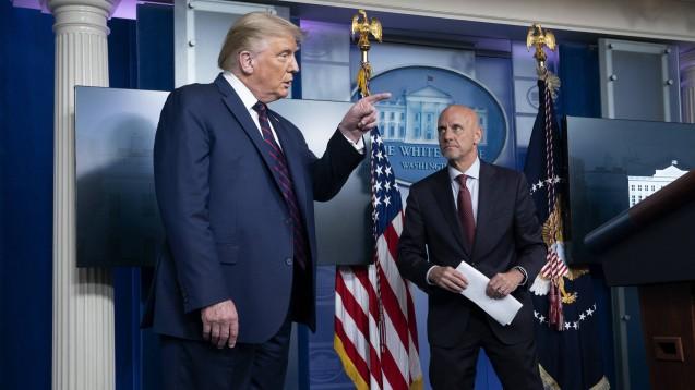 US-Präsident Donald Trump (links) und FDA-Chef Dr. Stephen Hahn bei einer gemeinsamen Pressekonferenz zur Notfallzulassung von Plasma-Behandlungen für Patienten mit COVID-19 in den Vereinigten Staaten. (c / Foto: imago images / MediaPunch)