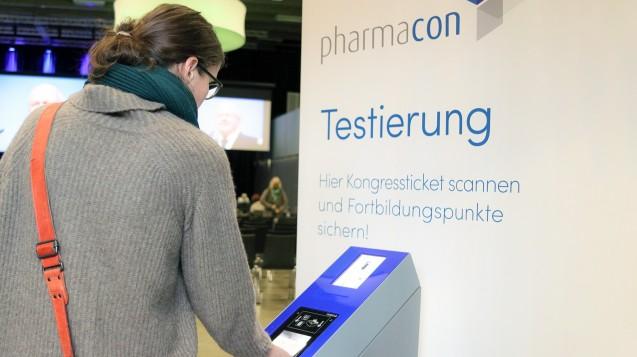 Am Eingang zum Fortbildungssaal in Schladming stehen Scanner bereit, um die Fortbildungspunkte zu erfassen. (s / Foto: cst)