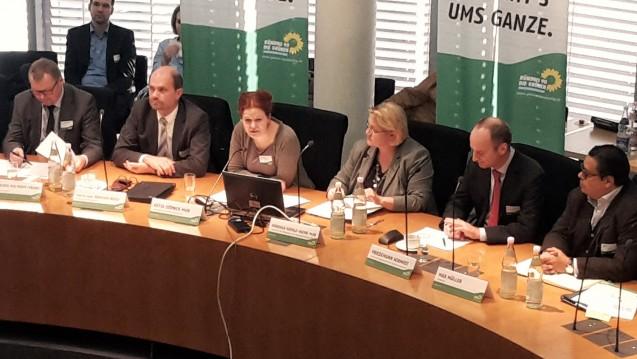 Die Grünen-Fachtagung war gut besucht. Die geladenen Gäste neben den beiden Grünen-PolitikerinnenKatja Dörner und Kordula Schulz-Asche: Reinhard Busse (TU Berlin), Klaus Holthoff-Frank (Monopolkommission), Friedemann Schmidt (ABDA) und Max Müller (DocMorris) (v.l.). (Foto: ks / DAZ.online)
