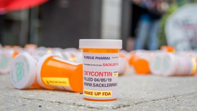Während einer Demo vergangene Woche vor dem Purdue Hauptquartier ließen Teilnehmer hunderte Oxycontin-Dosen fallen.Sie sind unzufrieden mit dem geschlossenen Vergleich. ( r / Foto: imago images / ZUMA Press)