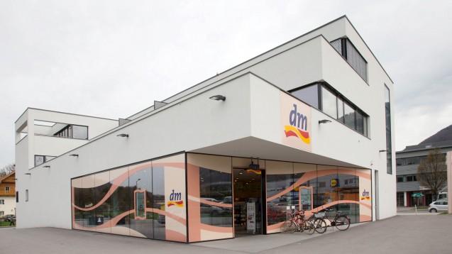 Der Drogeriemarkt dm darf über seinen Online-Shop deutschlandweit Testkits zur Untersuchung von Antikörpern von SARS-CoV-2 verkaufen, viele Apotheker:innen jedoch nicht. (Foto: dm)