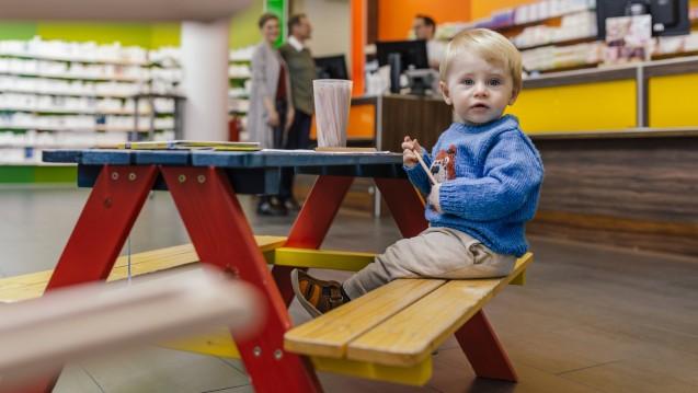 Laut einer Umfrage zur Zufriedenheit mit der Apotheke vor Ort, die die ABDA in Auftrag gegeben hat, sind vielen Eltern Notdienste und Rezepturen wichtig. (Foto: imago images / Westend61)