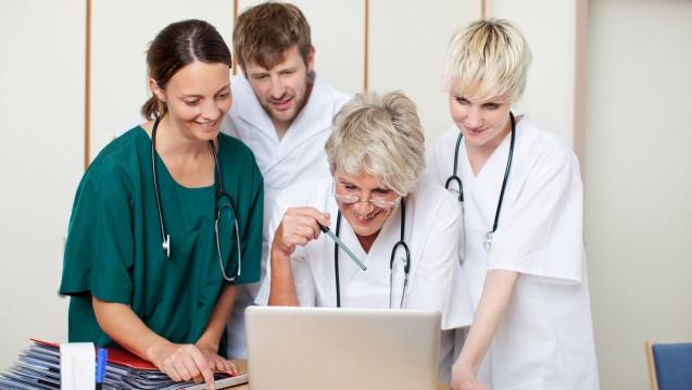 """Apotheker auf Station arbeiten eng mit Ärzten zusammen. Die neue Weiterbildung """"Medikationsmanagement im Krankenhaus"""" soll sie dafür fit machen. (c / Foto: contrastwerkstatt/stock.adobe.com)"""