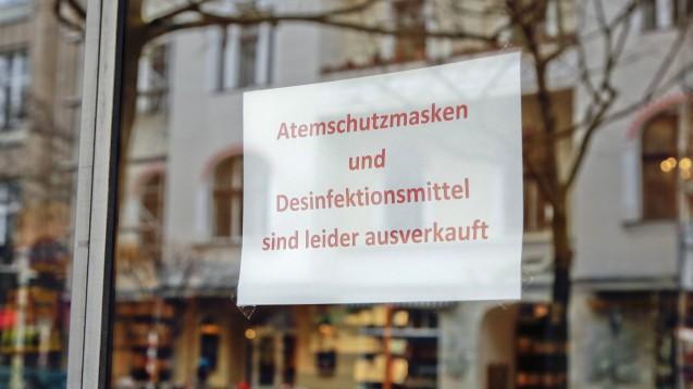 Fertige Desinfektionsmittel sind ausverkauft:In Schleswig-Holstein dürfen Apotheken nun seit Montag Desinfektionsmittel mit Isopropanol oder Ethanol zur Hände- und auch zur Flächendesinfektion herstellen. (s / Foto: imago images / Reiner Zensen)