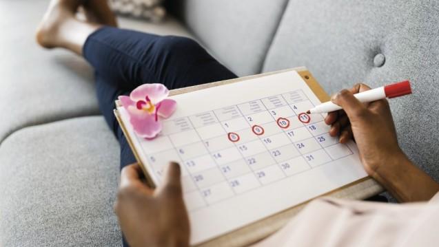 Zwei Tage vor bis drei Tage nach Einsetzen der Blutung treten die Schmerzattacken einer menstruellen Migräne auf. (Foto: Andrey Popov / AdobeStock)
