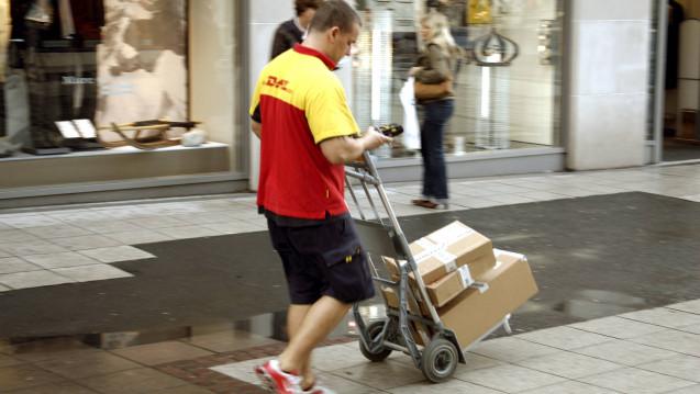 DHL-Bote bei einer Auslieferung im Sommer: Warum hat die ABDA das Thema der vorschriftsmäßigen Arzneimittel-Lieferkette nicht während des Sommers aufgemacht? ( s / Foto: Imago)