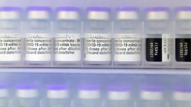 Der Impfstoff von Biontech/Pfizer wird jetzt in den Arztpraxen für die Zweitimpfung nach einer ersten Impfung mit AstraZeneca zum Einsatz kommen. (Foto: IMAGO / Sven Simon)