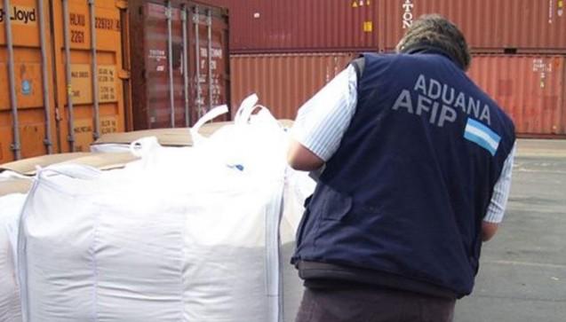 Ein Zollbeamter in Argentinien führt eine Inspektion während der Operation Pangea IX durch.