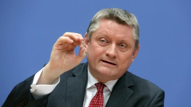 Bundesgesundheitsminister Hermann Gröhe will Kassenärzte über ein neues Gesetz im Zaum halten. (Foto: dpa)