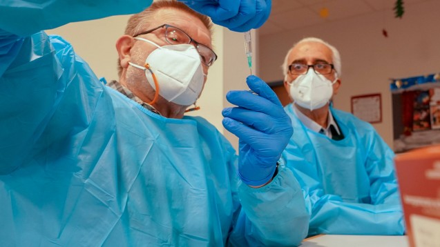 Erste Corona Impfung im Kreis Groß-Gerau: Der Impfstoff von Pfizer-Biontech wird rekonstituiert und in Spritzen aufgezogen von den Apothekern Fritz Klink und Hassan Torkjazi(Foto: imago images / Marc Schüler)
