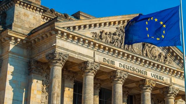 Die Apothekenreform steckt weiterhin in der Abstimmung mit der EU-Kommission fest. Nun wollen Union und SPD einen wichtigen Teil herausnehmen und mit dem Masernschutzgesetz beschließen. (m / Foto: imago images / Chromorange)