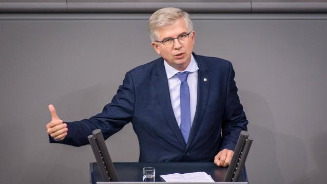 Andrew Ullmann (FDP) will die Debatte um das Rx-Boni-Verbot im Sozialrecht vom Hinterzimmer ins Parlament holen. (m / imago images / Christian Spicker)