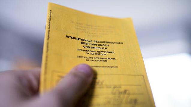 2 Euro sollen Apotheken künftig erhalten, wenn sie Impfungen gegen COVID-19 nachträglich im gelben Impfpass dokumentieren. (x / Foto: IMAGO / Kirchner-Media)
