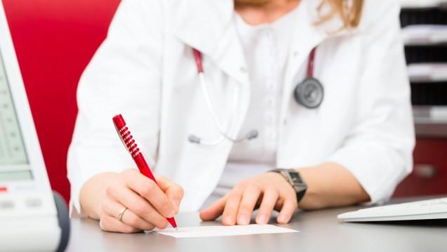Künftig sollen Ärzte auf dem Rezept auch Angaben zur Dosierung machen. ( r / Foto: imago images / Panthermedia)
