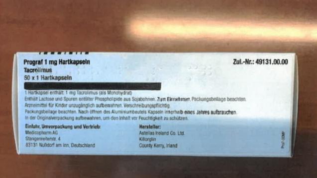 Der geschwärzte Balken auf dem Umkarton verunsichert Prograf-Patienten. AMK und Medicopharm geben nun Entwarnung. Die Schwärzung überdeckt lediglich eine falsche Packungsgrößenangabe. ( r / Foto: Medicopharm AG)