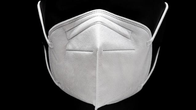 Um sich selbst und andere vor der Infektion mit dem SARS-CoV-2-Virus zu schützen, haben sich FFP-2-Masken als effektiv erwiesen. Trotzdem erscheinen in der Apotheke viele Kunden mit Gesichtsvisieren oder tragen Masken falsch. Ein potenziell infektiöses Aerosol wird auf diese Art nicht aufgehalten. (Foto: Formatoriginal / stock.adobe.com)