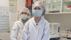 Melissa und Karina im Labor der Gesund leben Apotheke in Bad Kreuznach. (Fotos: Marc Muchow)