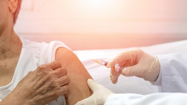 AstraZeneca berichtete Ende 2020 über positive Zwischenergebnisse zur Antikörperbildung nach Impfung mit AZD1222 – gerade auch bei älteren Menschen.(Foto:Khunatorn / stock.adobe.com)