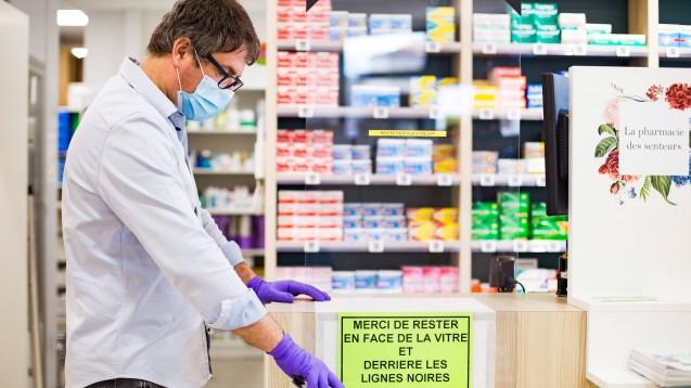 Apotheker in ganz Europa (hier ein Beispielfoto aus Frankreich) haben durch die Ausbreitung des Coronavirus mehr Rechte, aber auch teils mehr Pflichten bekommen. DAZ.online bietet einen europäischen Überblick über die Änderungen in den Apothekenmärkten. (Foto: imago images / Lucas)