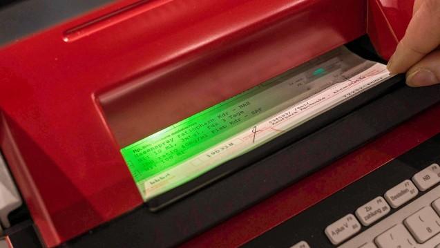 Die Apotheken-Rechenzentren warnen vor ausbleibenden Zahlungen von Kassen und Herstellern, eine Vorauszahlung würde helfen. (Foto: imago images / Steinert)