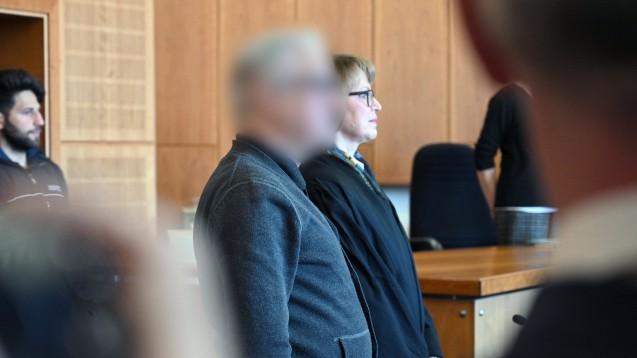Heilpraktiker Klaus R. ist vor dem Landgericht Krefeld wegen fahrlässiger Tötung angeklagt. Patienten verstarben, nachdem R. ihnen das nicht zugelassenen Mittel 3-Bromopyruvat verabreicht hatte. (Foto: picture alliance)