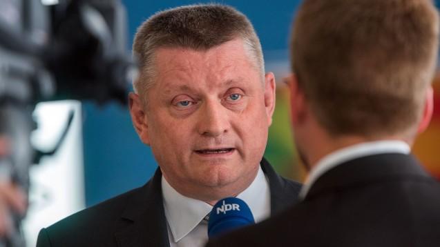 Gefragt: Auf der Sommer-Konferenz der Gesundheitsminister in Schwerin ging es auch um den Umgang mit dem Heilpraktiker-Gesetz. (Foto: dpa)