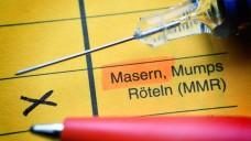 Die Masern-Impfpflicht kommt – und sie reicht in Wirklichkeit viel weiter als im Gesetz steht. De facto wird mindestens auch gegen Mumps und Röteln mitgeimpft. Denn einen Einfach-Impfstoff gibt es gar nicht. (Foto: imago images / Christian Ohde)