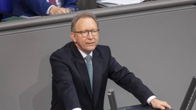 Der Vorsitzende des Gesundheitsausschusses des Bundestags, Erwin Rüddel, hat sich erneut zur Homöopathie geäußert. (m / Foto: imago images / Christian Thiel)