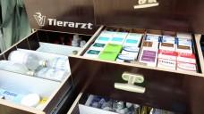 Was in die Hausapotheke kommt, bestimmt der Tierarzt selbst: hier eine Mobile Großtierapotheke. (Foto:picture alliance/JOKER)