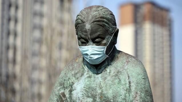 Nicht ohne Maske nach draußen: In China werden Passanten über Lautsprecher aufgefordert, eine Atemmaske anzulegen oder nach Hause zu gehen, wie auf Videos im chinesischen Internet zu sehen ist. (s / Foto: imago images / ZUMA Press)