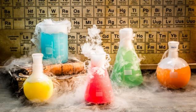 """""""Und jedem Anfang wohnt ein Zauber inne""""– sagt Hermann Hesse. Und so ein klein wenig von Zauberei und Hexenküche hat das Pharmaziestudium durchaus. Ob es nun ein guter Zauber oder böser Zauber ist – darüber scheiden sich bei den Pharmaziestudenten die Geister. Es hält sich allerdings hartnäckig das Gerücht: Letzteres sei der Fall. Diese Woche hat an den Universitäten wieder das neue Semester begonnen – auch eine neue Charge Pharmaziestudenten saß am Montag zum ersten Mal im Hörsaal. Aufregender Anfang oder beängstigender Beginn?Von Analytik bis Zauberei – ABC für Erstsemester, was man als Pharmaziefrischling wissen sollte – DAZ.online hat sich Gedanken gemacht. (Foto: shaiith / Fotolia)"""