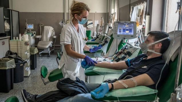 Blutplasma von Personen, die eine SARS-CoV-2-Infektion erfolgreich überstanden haben, könnte schwer an COVID-19 Erkrankten helfen: Auf dem Bild ist eine Plasmaspende im Krankenhaus der italienischen Stadt Pavia zu sehen. (s / Foto: imago images / Independent Photo Agency Int.)