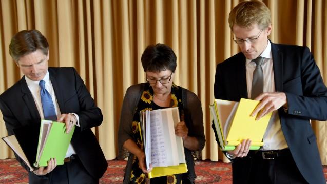 Die Jamaika-Koalitionäre Heiner Garg (FDP), Monika Heinold (Grüne), Daniel Günther (CDU) bei der Durchsicht des Koalitionsvertrages für Schleswig-Holstein. (Foto: dpa)