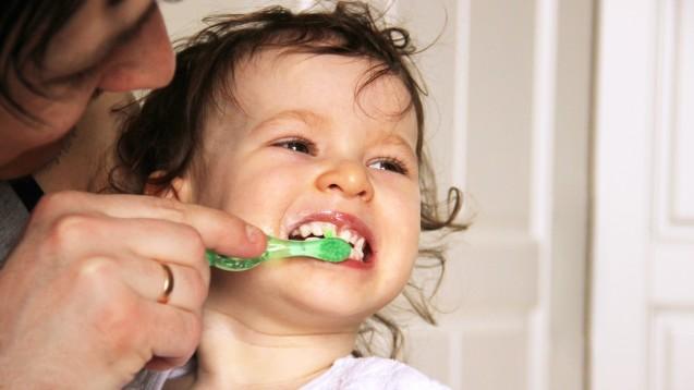 Regelmäßiges Zähneputzen kann Kreidezähne nicht verhindern, da die Zähne bereits geschädigt durchbrechen. (s / Foto: luuuusa / AdobeStock)