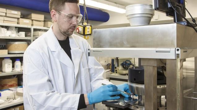 Auch weil Praktika und Laborprojekte während der Coronakrise nur bedingt bis gar nicht stattfinden konnten, forderten die ABDA und der BPhD eine Flexibilisierung des Pharmaziestudiums. Diese soll nun ermöglicht werden. (x/Foto: imago images / Ring)