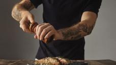 Hygienevorschriften soll es künftig nicht nur in der Gastronomie geben: Verbraucherschutz trifft auch Tattoo-Studios. (Foto: marioav / Fotolia)