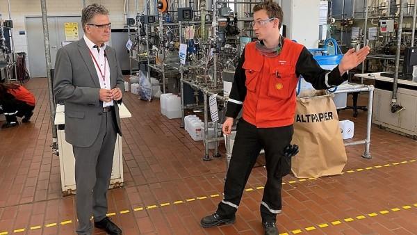 Shell-Lehrlinge produzieren Desinfektionsmittel für Apotheke