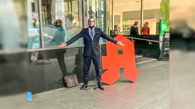 Vor dem Hotel, in dem die ABDA-Mitgliederversammlung stattfindet, hat ein Mann mit einer Jens Spahn-Maske ein Apotheken-A zerstört. (s / Bild: privat )