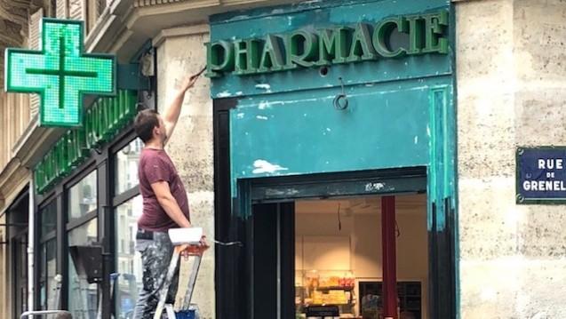 """Die französische Wettbewerbsbehörde hält die Apothekenlandschaft in Frankreich für """"renovierungsbedürftig"""" und plant nicht nur die Erneuerung der Fassade, wie hier an einer Pariser Apotheke. (Foto: cel)"""