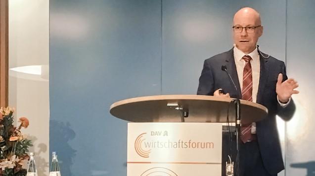 ABDA-IT-Chef Sören Friedrich (Hier auf dem DAV-Wirtschaftsforum) meint, dass Wettbewerb im digitalen Verordnungsprozess nichts zu suchen hat und wünscht sich einen einheitlichen Verordnungsweg. (c / Foto: DAZ.online)