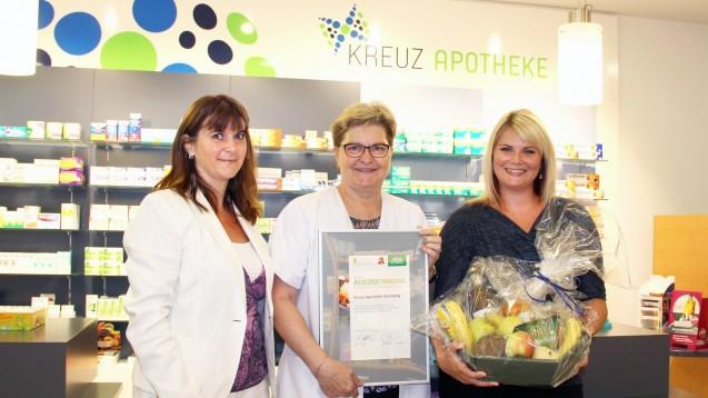 Carmen Blum und Anja Hartmann (AOK) gratulieren Ursula Schwiersch für ihr Engegament. (Foto: AOK)