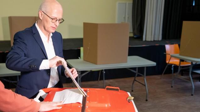 Hamburgs Bürgermeister Peter Tschentscher kann sich darüber freuen, dass seine SPD in der Hamburger Bürgerschaft stärkste Kraft bleibt. (c / Foto: imago images / Janßen)