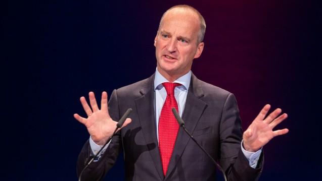 ABDA-Präsident Friedemann Schmidt erklärte auf der Kammerversammlung in Kiel die neue ABDA-Strategie in Sachen Apothekenhonorar und pharmazeutische Dienstleistungen. (Foto: Schelbert)
