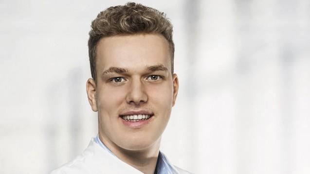 Benedikt Bühler dankte heute allen, die ihn bei seiner Forderung unterstützt haben. Vor genau einem Jahr trug der Pharmaziestudent im Petitionsausschuss des Bundestages seine Forderung nach einem Rx-Versandverbotvor. (Foto: privat)