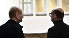 Der frühere Apothekenmitarbeiter und Whistleblower Martin Porwoll (rechts) mit seinem Zeugenbeistand vor seiner mehrstündigen Aussage vor dem Landgericht Essen. (Foto: hfd)