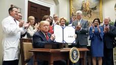 """US-Präsident Donald Trump unterzeichnete im Oktober 2018 zwei Verordnungen bezüglich Arzneimittelpreisen: """"Know the Lowest Price Act"""" und """"Patients Right to Know Drug Prices Act"""". (Foto: MediaPunch / imago)"""