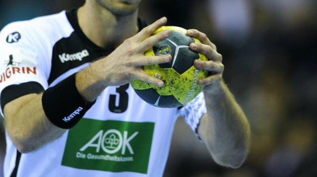 Millionen für den Handball: Der AOK-Bundesverband erklärt, dass die Kooperation mit dem DHB legal sei und zu keinen Versorgungseinschnitten führe. (Foto: imago)
