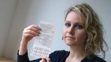 """Felicitas Rohrer mit einer Packung """"Yasminelle"""". Sie verklagt den Bayer-Konzern auf Schmerzensgeld. (Foto: Ralf Stockhoff/dpa)"""