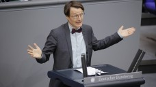 SPD-Gesundheitsexperte Karl Lauterbach kann sich gut vorstellen, dass Hausärzte Arzneimittel abgeben. Ein Apothekensterben möchte er dabei allerdings nicht riskieren. (m / Foto: Imago)