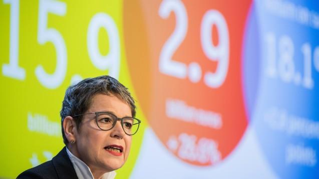 Finanzmanagerin Simone Menne bei der Vorstellung der Geschäftszahlen von 2016. (Foto: dpa)